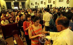Kerstviering in een katholieke kerk in Bandung (West-Java)