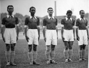 Spelers van Nederlands-Indië voor de aftrap van de WK-wedstrijd tegen Hongarije