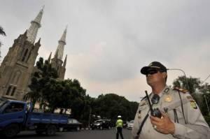 Een agent houdt de wacht bij de Kathedraal van Jakarta