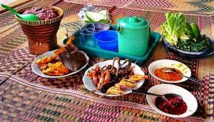 Maaltijd in Punclut, met links de rode rijst