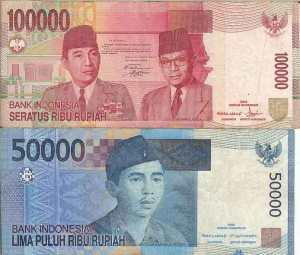 De twee biljetten die uit geldautomaten komen