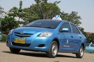 Een taxi van Pusaka, onderdeel van de Blue Bird Group