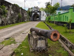 Het inmiddels enigszins vervallen Fort Oranje.
