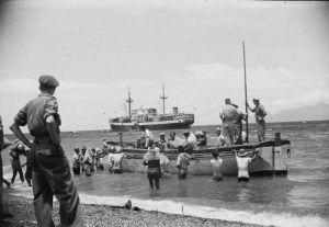 Het KPM-schip 'Bagan' wordt gelost bij het eiland Flores (1949)