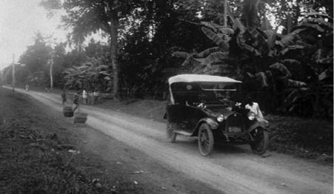 Een auto met een lekke band in de buurt van Tangerang (Banten)