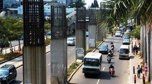 De ongebruikte pilaren van de monorail.