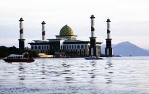 De Grote Moskee van Ternate, ook wel genaamd de 'drijvende moskee'