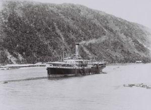 Het KPM-schip 'Van Imhoff' in de baai van Gorontalo (Sulawesi, rond 1930)