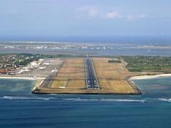 De landingsbaan van vliegveld Ngurah Rai op Bali.