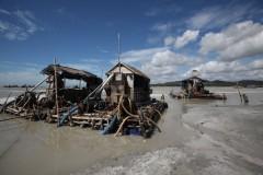 Machines voor de tinwinning op een vlot van bamboe, voor de kust van Billiton.