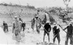 Arbeiders in de tinmijn van Banka (1930)
