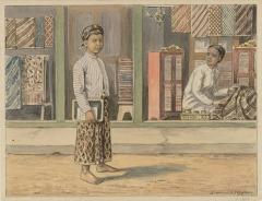 Een Javaans jongetje, uitgedost met een batik sarong en blangkon, loopt langs een batikwinkel. Getekend door J. van der Heyden in 1920.