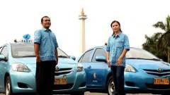 Chauffeurs van Blue Bird poseren in hun batikoverhemd.