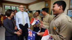 Minister Bob Carr op bezoek bij een middelbare school op Bali.