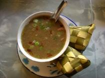 Coto Makassar met ketupat
