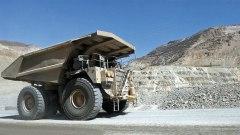 Een grote truck van het Amerikaanse bedrijf Freeport bij de kopermijn in Papoea.