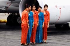 Stewardessen van Garuda Indonesia met een kebaya-jurk in batikstijl.