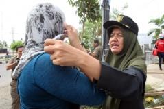 Een vrouwelijke sharia-agente controleert iemands hoofddoekje