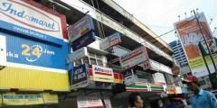 Een Indomaret, Alfamat en 7-Eleven naast elkaar.