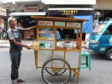 Deze jongen verkoopt vleesballetjesbouillon vanuit zijn kaki lima