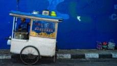 De man bij deze kaki lima verkoopt tofoe. De foto is van Scotty Graham.
