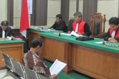 De oud-burgemeester van Magelang in de rechtszaal.