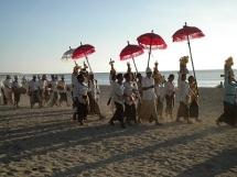 Optocht over het strand voor Melasti