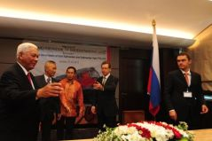 Ondertekening van een contract voor de 'kolenspoorlijn' in Oost-Kalimantan, gesteund door de Russische overheid (februari 2012)