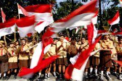 Schoolkinderen met de Indonesische vlag tijdens onafhankelijkheidsdag.