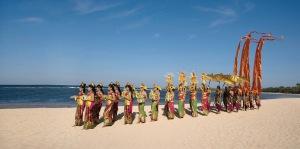 Een optocht op het strand, drie dagen voor Nyepi (Nusa Dua, Zuid-Bali)