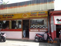 Een simpel eethuisje in Jakarta.