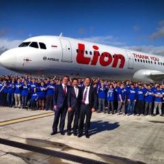 Medewerkers van Airbus poseren met Rusdi Kirana en een Lion Air-vliegtuig om te bedanken voor de bestelling (Toulouse, 18 maart 2013)