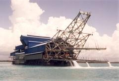 Een enorm baggerschip van PT Timah