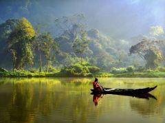 Het bergmeer Situ Gunung met een eenzame visserman