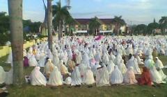 Gezamenlijk gebed voor het Suikerfeest in Zuid-Sulawesi