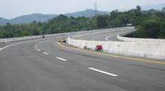 Een pas aangelegde tolweg in de buurt van Medan (Noord-Sumatra)