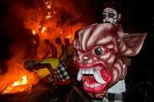 Het verbranden van de ogoh-ogoh, de avond voor Nyepi