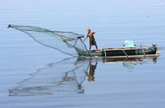 Een visser voor de kust van Zuidoost-Sulawesi