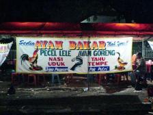 Een warung waar ayam bakar, oftewel gegrilde kip, verkocht wordt.