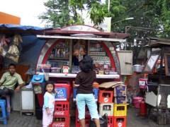Deze kleine warung verkoopt onder andere sigaretten, cola en kroepoek.