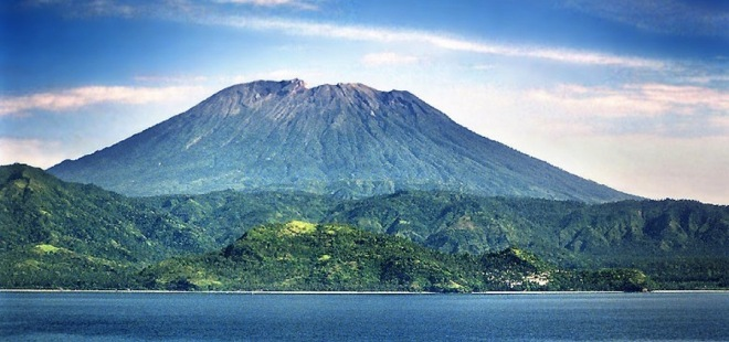 Van afstand lijkt de Agung er rustig bij te liggen, maar van binnen borrelt het nog.