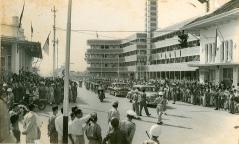 Een parade voor het Hotel Savoy Homann tijdens de Aziatisch-Afrikaanse Conferentie van 1955.