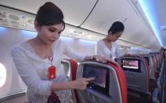 Een stewardess laat het nieuwe interieur zien van het Batik Air-vliegtuig.