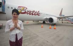 Een stewardess poseert voor het eerste Batik Air-vliegtuig, dat op 3 mei naar Manado zal vliegen.