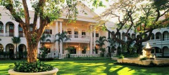 De huidige binnentuin van Hotel Majapahit in Surabaya.