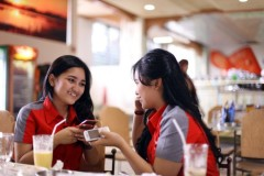 Indonesische meisjes met een BlackBerry.