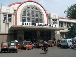Het stationsgebouw van station Jakarta Kota.