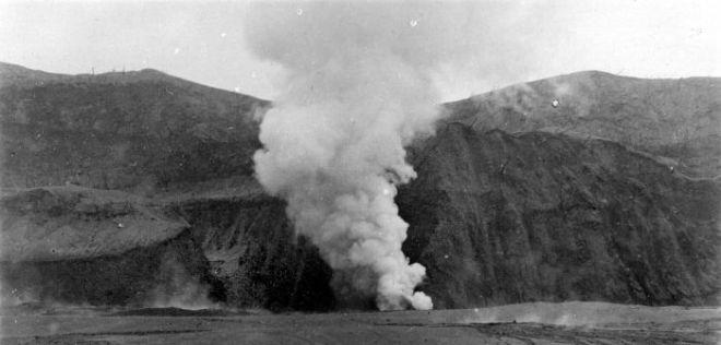 Een foto van de uitbarsting van de Kelud in 1919, uit het archief van het Tropenmuseum.