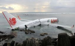 Het vliegtuig van Lion Air ligt, in twee stukken gebroken, in zee.