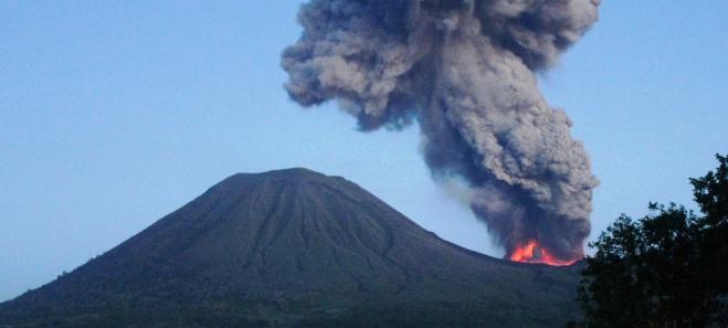 Uitbarsting uit de Tompaluan-krater in maart 2013.